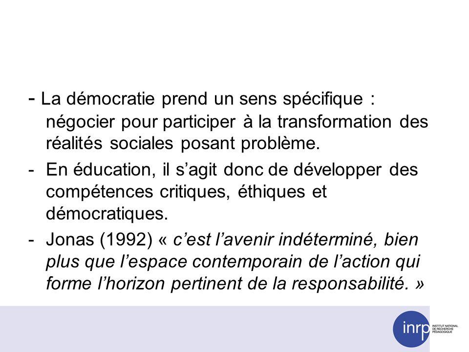 - La démocratie prend un sens spécifique : négocier pour participer à la transformation des réalités sociales posant problème.