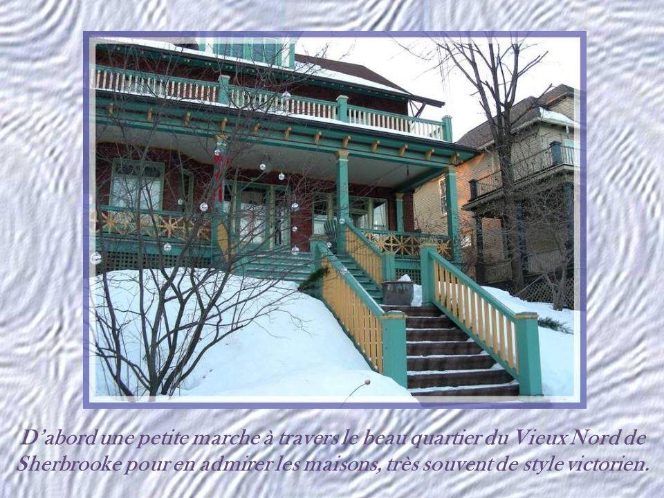 Dabord une petite marche à travers le beau quartier du Vieux Nord de Sherbrooke pour en admirer les maisons, très souvent de style victorien.