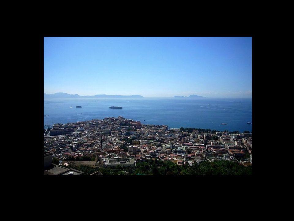 Naples, située sur le Golfe de Naples, à mi-chemin du Vésuve et de la zone volcanique des Champs Phlégréens, est lune des plus anciennes villes dOccid