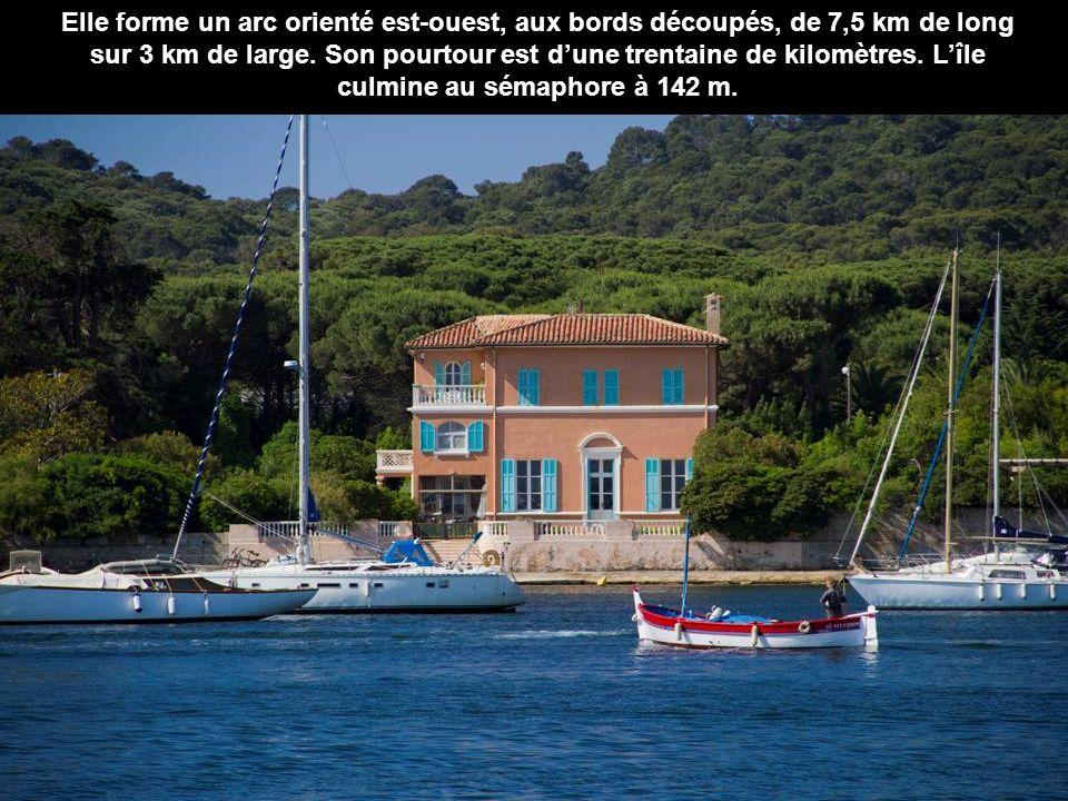 Lîle de Porquerolles est la plus grande et la plus occidentale des trois îles d'Hyères avec ses 1 254 ha de superficie.