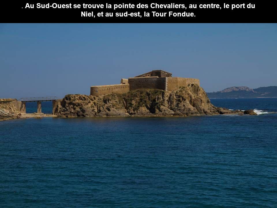 . Au Sud-Ouest se trouve la pointe des Chevaliers, au centre, le port du Niel, et au sud-est, la Tour Fondue.