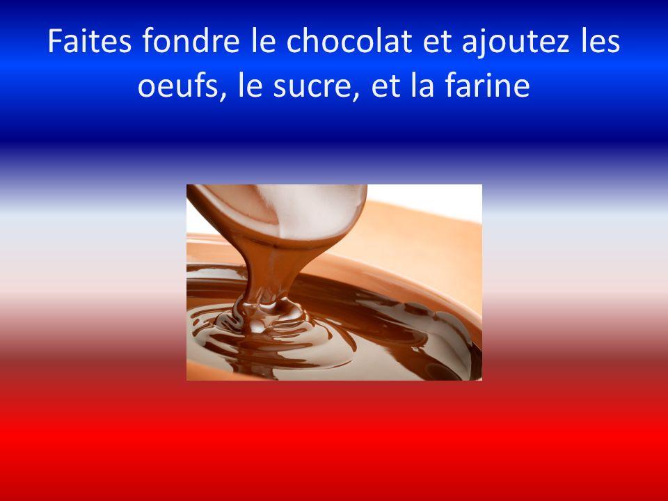 Faites fondre le chocolat et ajoutez les oeufs, le sucre, et la farine