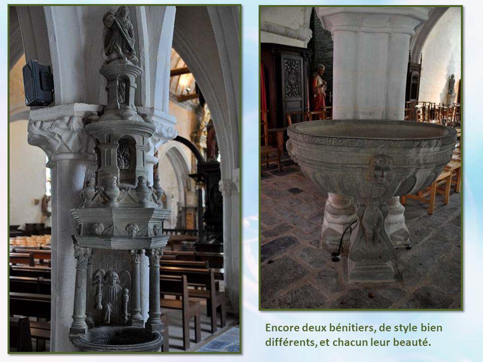 Dans le bas-côté nord, les fonts baptismaux retiennent l'attention. Ils sont de 1635. La cuve est abritée par un grand dôme hexagonal à lanternon, en