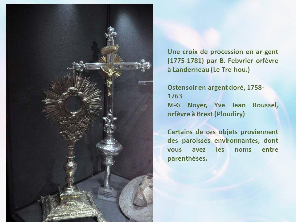 Le Trésor de La Martyre comprend de très belles pièces : ce calice et cette patène en argent du XVII° siècle, por- tant les armoiries des donateurs, G