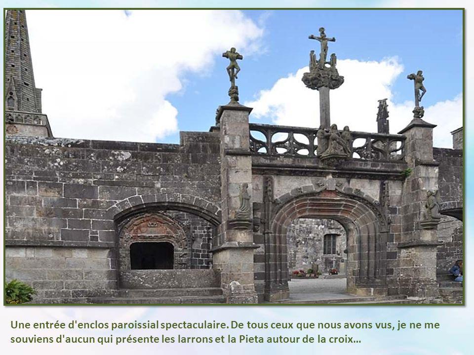 À l extérieur, à l angle de l église présentant un pan coupé, cette curieuse cariatide- momie, que l on dit unique en Bretagne.