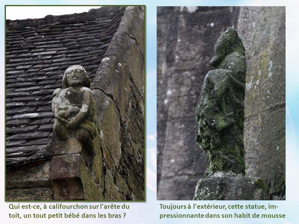 À l'extérieur, à l'angle de l'église présentant un pan coupé, cette curieuse cariatide- momie, que l'on dit unique en Bretagne. Mais reprenez le début