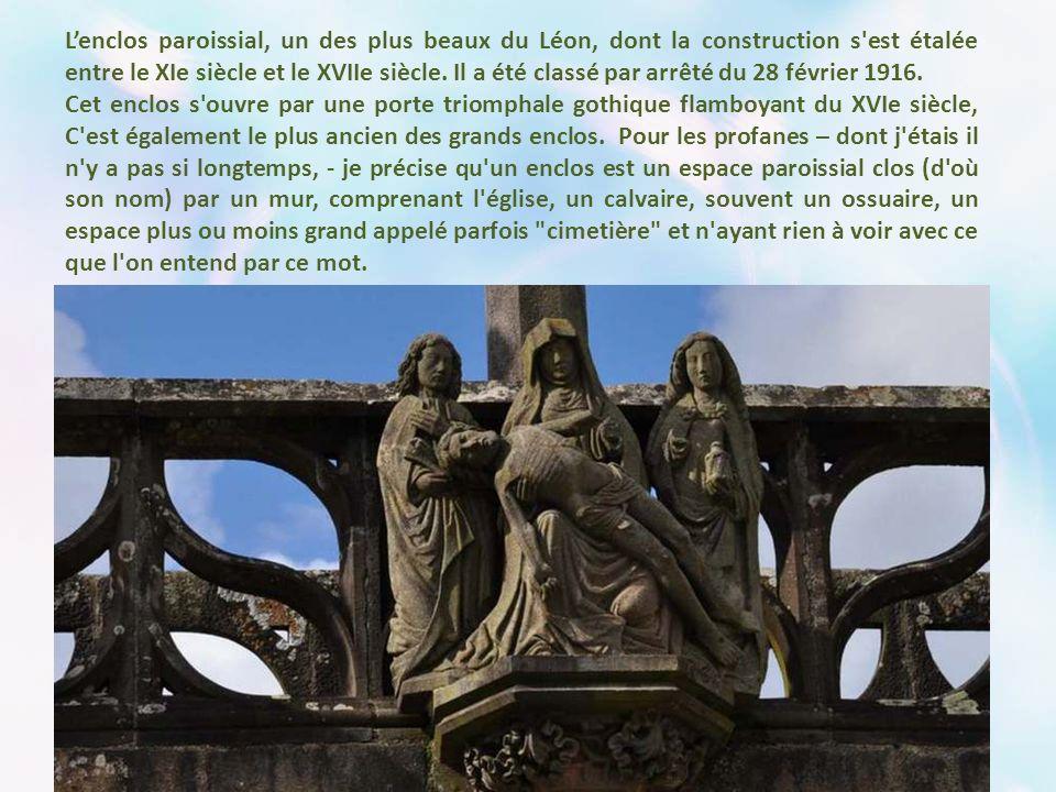 Lenclos paroissial, un des plus beaux du Léon, dont la construction s est étalée entre le XIe siècle et le XVIIe siècle.