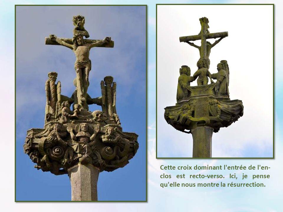 Cette croix dominant l entrée de l en- clos est recto-verso.
