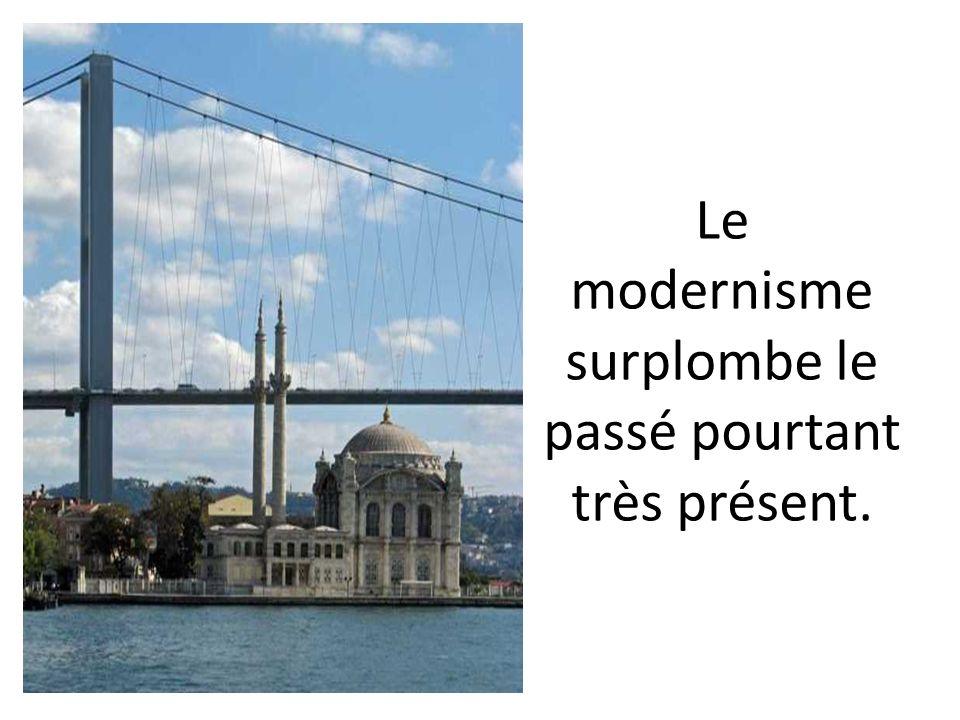 Le modernisme surplombe le passé pourtant très présent.