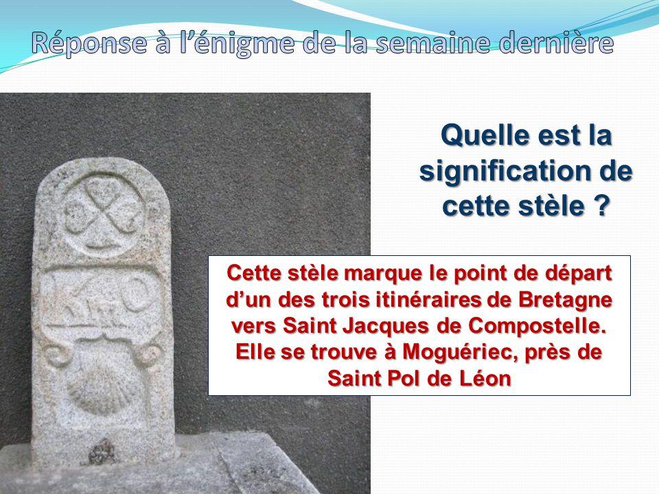 Quelle est la signification de cette stèle ? Cette stèle marque le point de départ dun des trois itinéraires de Bretagne vers Saint Jacques de Compost