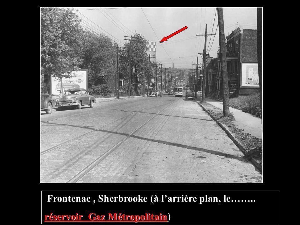 Terminus et garage de la Commission des Transports de Montréal, Ste-Catherine et Frontenac. construction du réservoir de Gaz Métropolitain À larrière