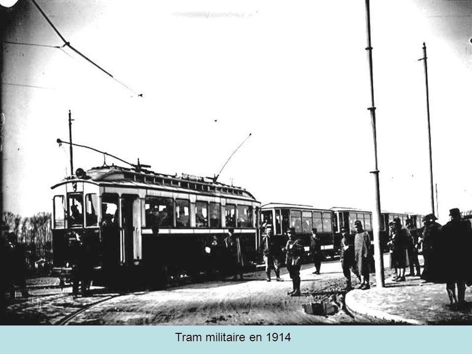 Tramway à vapeur place des Cordeliers LOTL expérimente à partir de 1888 la traction vapeur puis se tourne vers lélectricité en 1894.