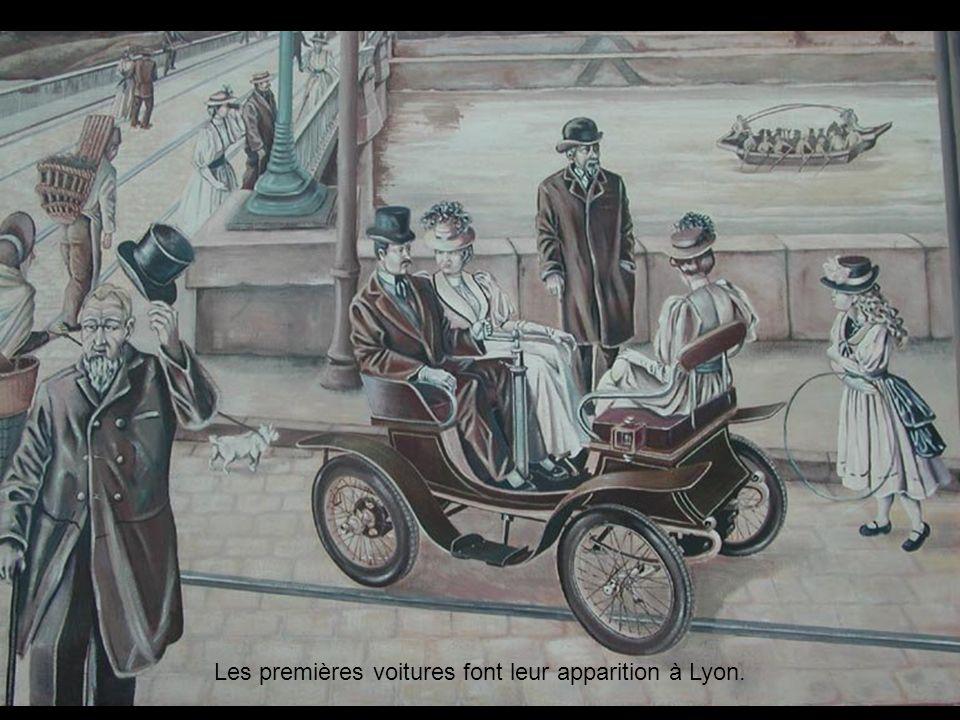 Les premières voitures font leur apparition à Lyon.
