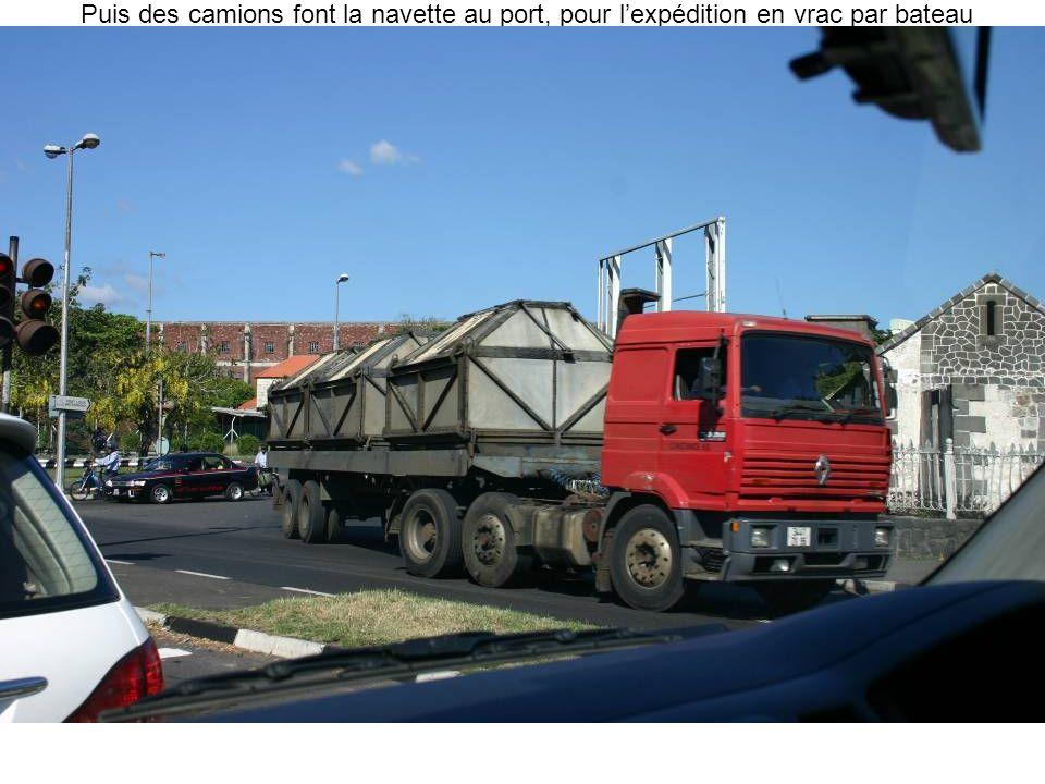 Puis des camions font la navette au port, pour lexpédition en vrac par bateau