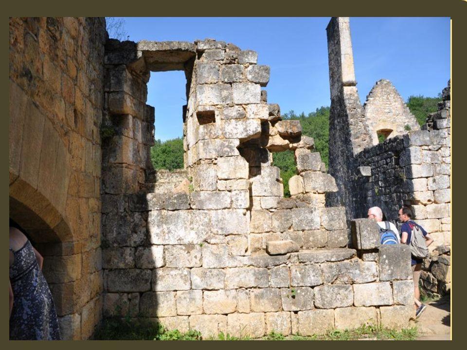 Commarque est mentionné dans les documents darchives dès 1255, Maynard de Beynac est devenu seigneur du château. Les maisons –tours sont tenues par de