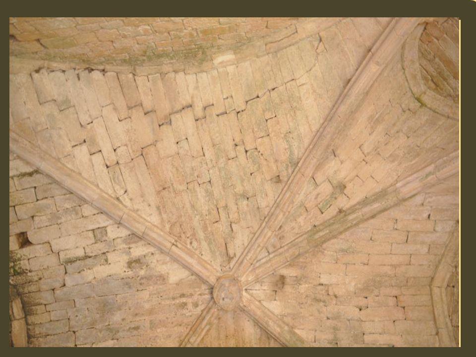Les reste dun fort troglodyte ont également été relevés au 12 ème siècle. Commarque abritait une commanderie des Templiers, reprise par les Hospitalie
