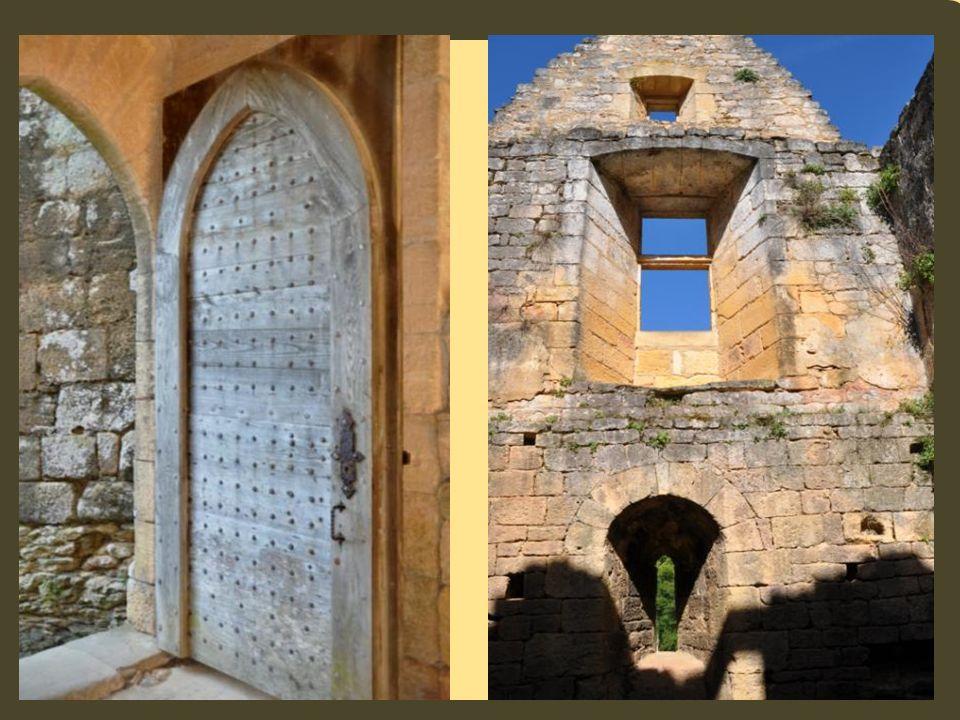Guy de Beynac, le dernier châtelain habitant dans le château de Commarque y meurt en 1656. Le site est abandonné définitivement au 18 ème siècle. Un s