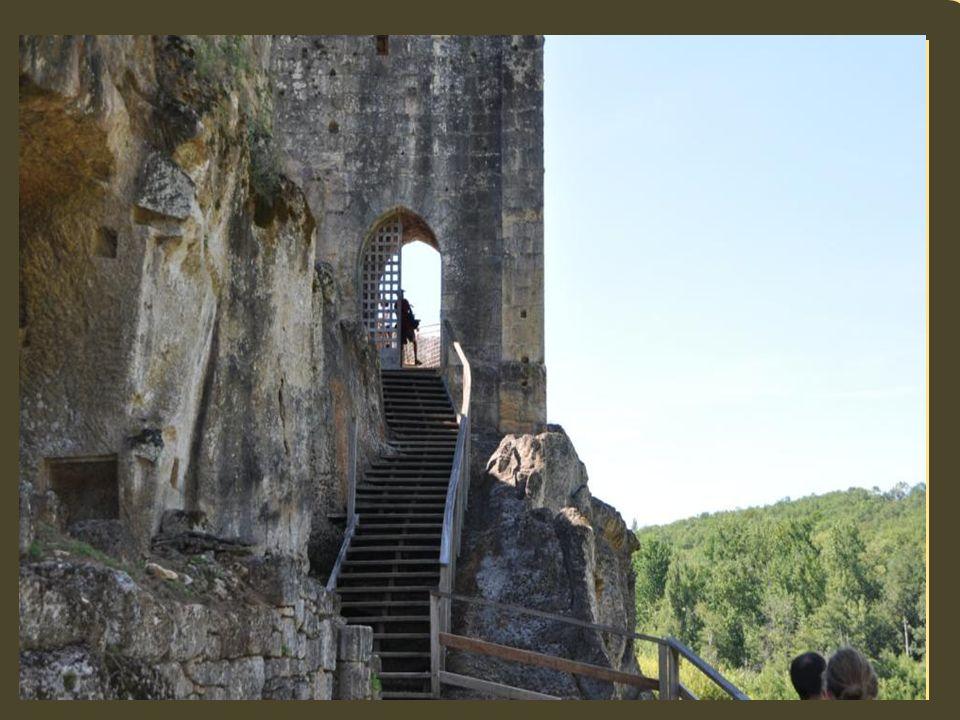Le château de Commarque, sa chapelle et son village ont été bâtis sur un rocher dans la vallée de la beune. Entre les Enzies et Sarlat. Il fait face à