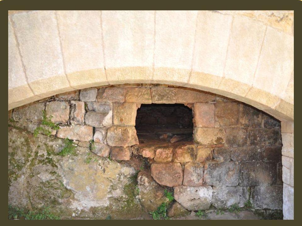 Les possessions de lunique héritière sont menacées par les Anglais qui tiennent la forteresse voisine de Castelnand. Aussi Pons de Commarque, son oncl