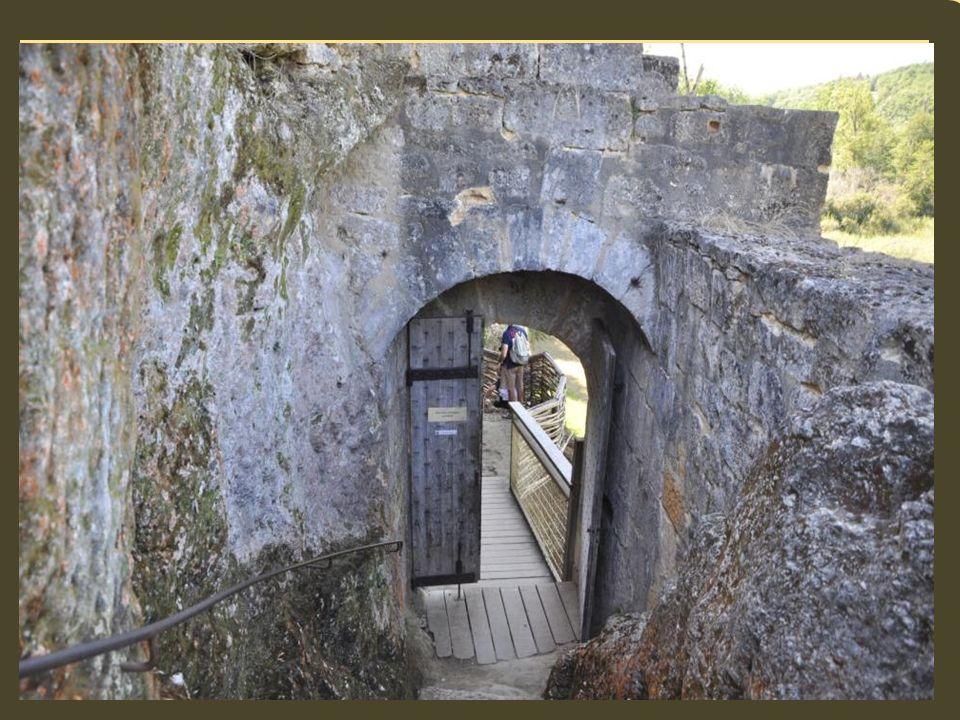Guy de Beynac, le dernier châtelain habitant dans le château de Commarque y meurt en 1656.