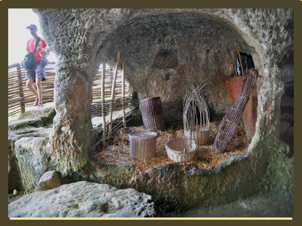 Le grand Cluzeau Un Cluzeau est une habitation aménagée dans la falaise. Habités depuis le Néolithique, (vers – 6000 ans) ils étaient aménagés dans la