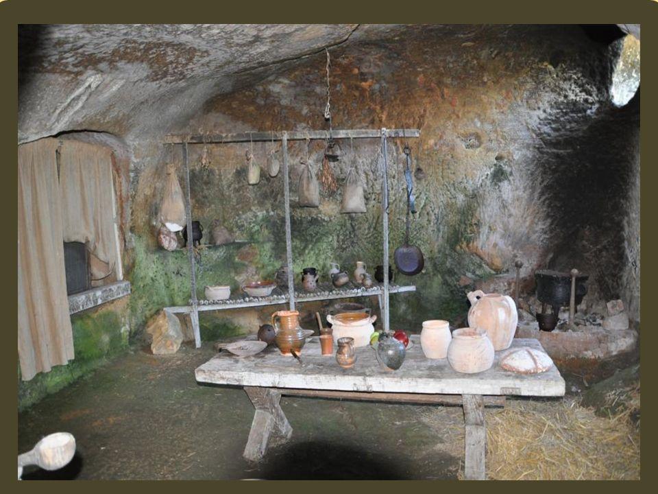 Les reste dun fort troglodyte ont également été relevés au 12 ème siècle.