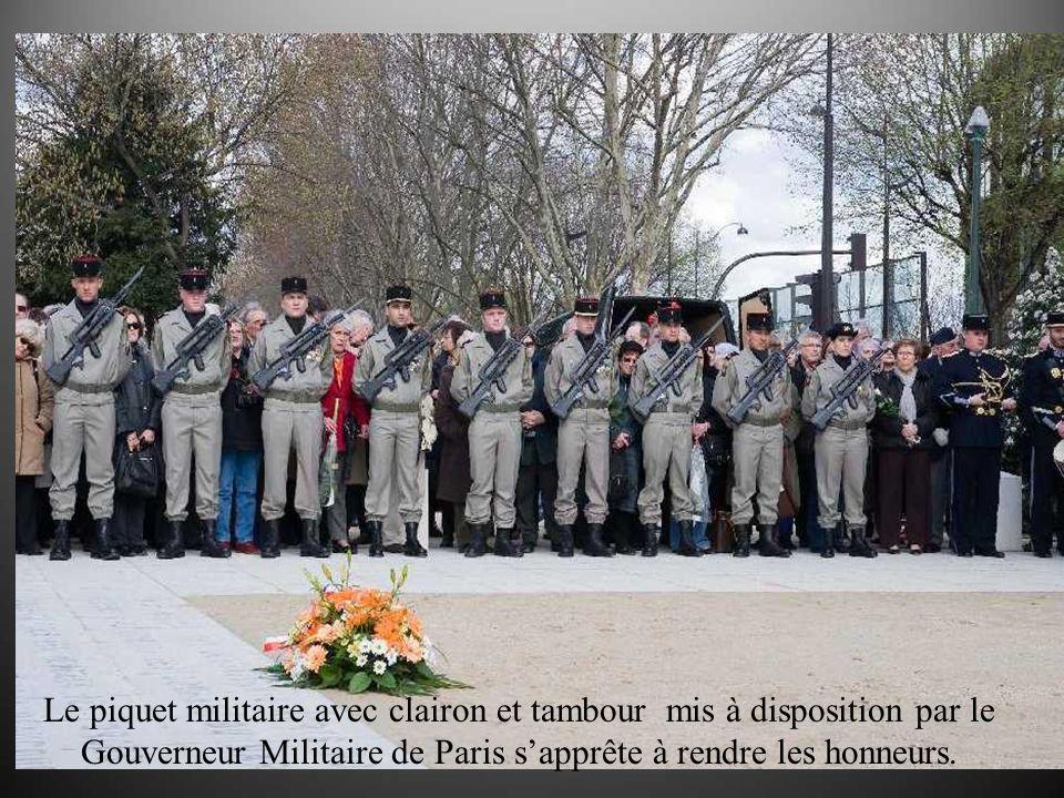Le piquet militaire avec clairon et tambour mis à disposition par le Gouverneur Militaire de Paris sapprête à rendre les honneurs.