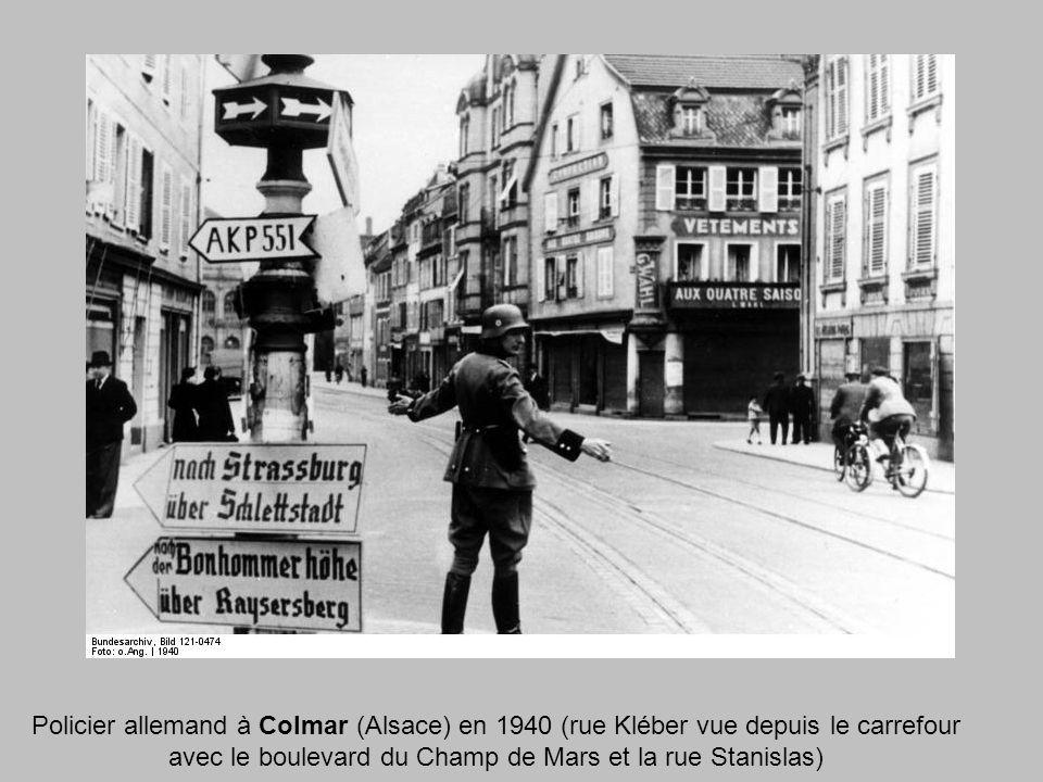 Policier allemand à Colmar (Alsace) en 1940 (rue Kléber vue depuis le carrefour avec le boulevard du Champ de Mars et la rue Stanislas)