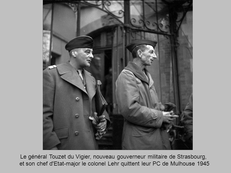 Le général Touzet du Vigier, nouveau gouverneur militaire de Strasbourg, et son chef d Etat-major le colonel Lehr quittent leur PC de Mulhouse 1945
