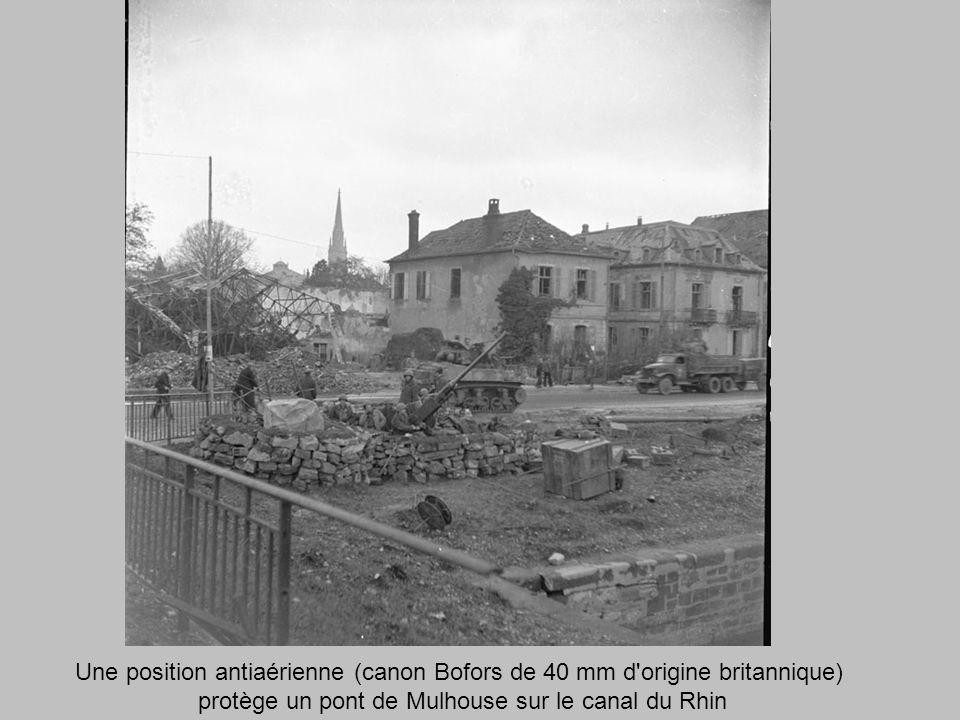 Une position antiaérienne (canon Bofors de 40 mm d origine britannique) protège un pont de Mulhouse sur le canal du Rhin