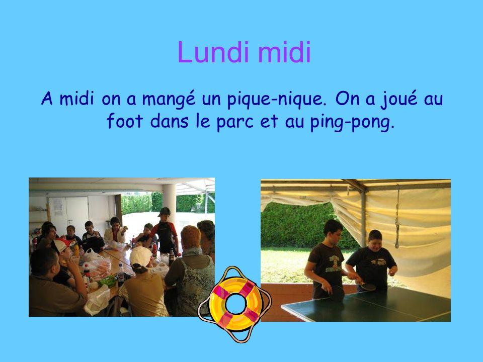 Lundi midi A midi on a mangé un pique-nique. On a joué au foot dans le parc et au ping-pong.