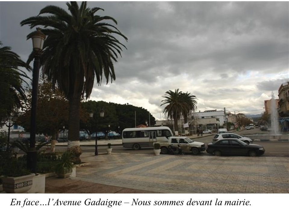 En face…lAvenue Gadaigne – Nous sommes devant la mairie.