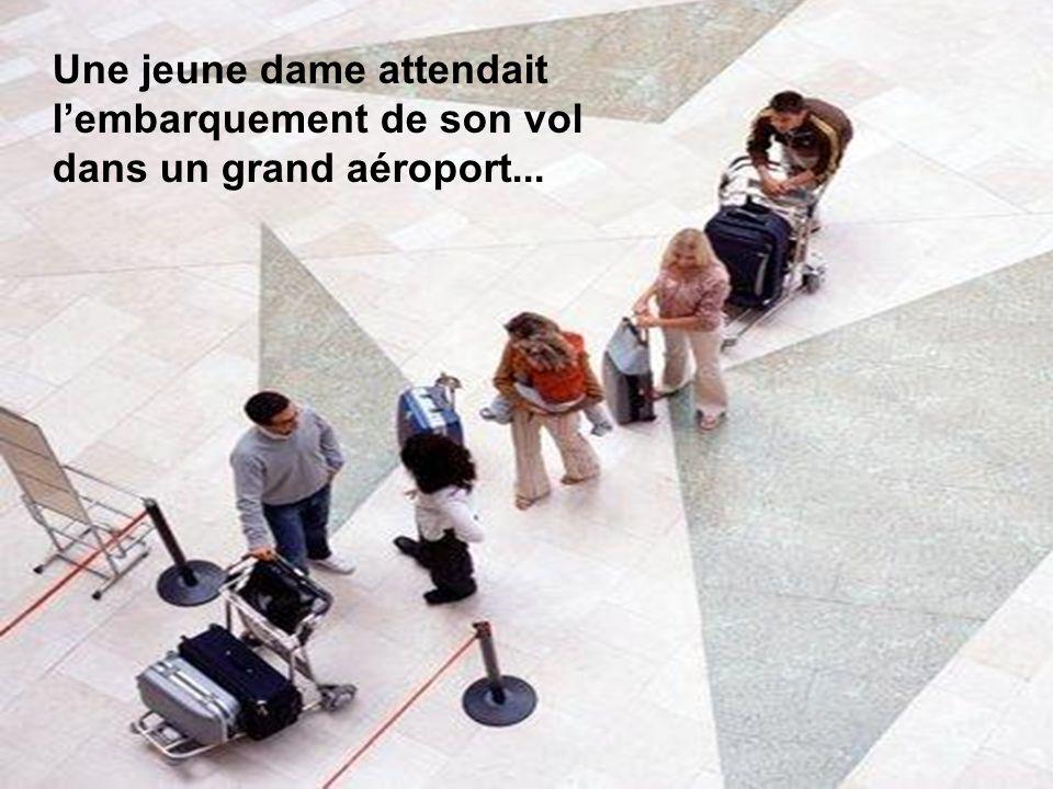 Une jeune dame attendait lembarquement de son vol dans un grand aéroport...