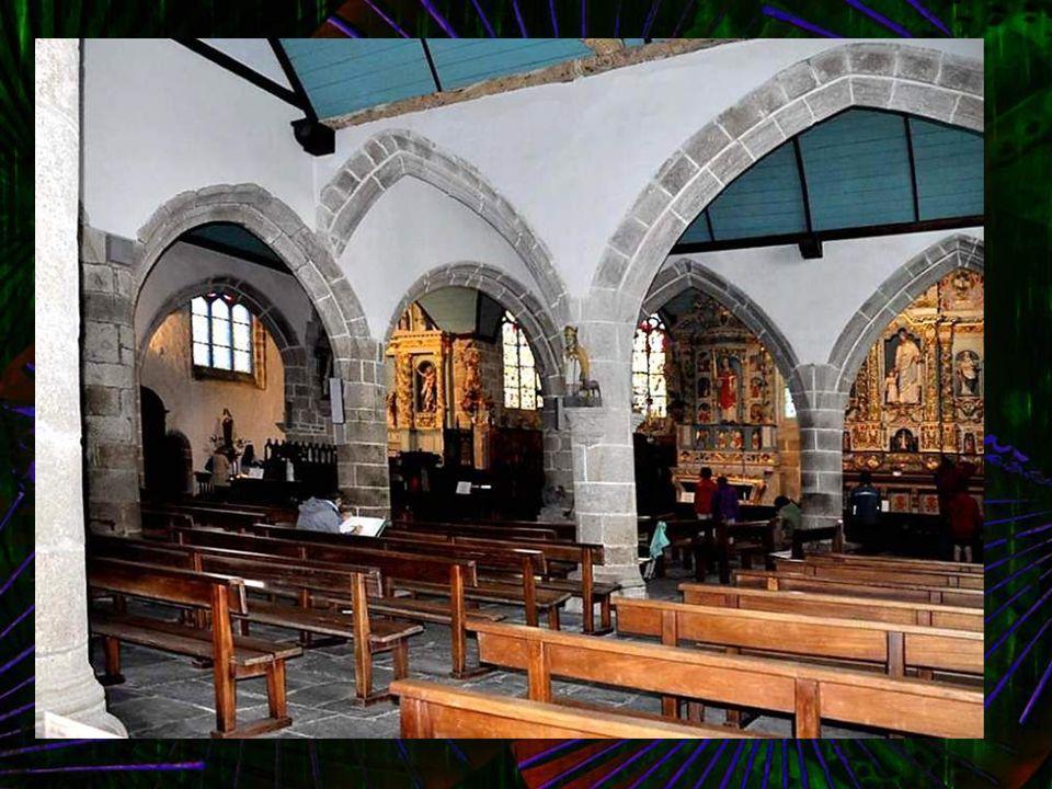 Intérieur de léglise (XVI-XVIIème siècle) : Ordonnance d'une simplicité originale, bien bretonne dans sa conception. Deux nefs et cinq chapelles latér