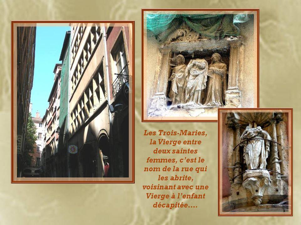 Cétait la résidence de limprimeur Guillaume Leroy, à la fin du XVe siècle! On ne peut malheureusement pas voir lescalier à vis de lintérieur que lon d