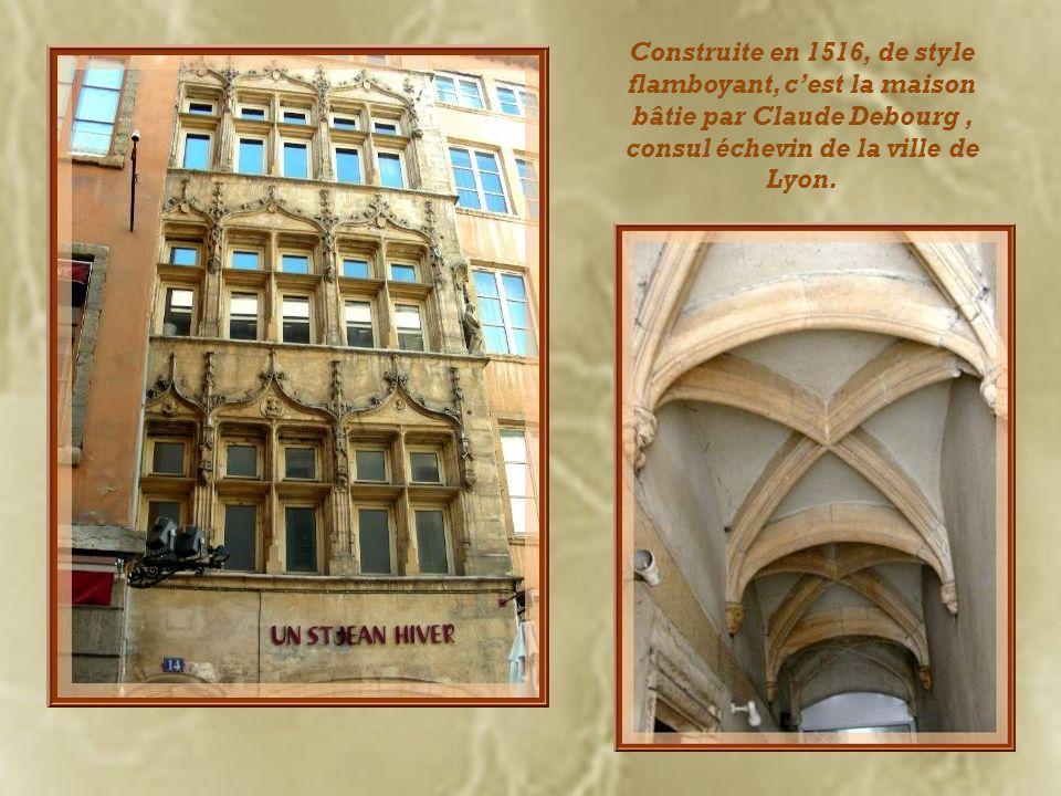 Place du Change, on voit, à gauche, la maison Thomassin dont la façade a été réalisée au XVe siècle. Ci-dessous, la loge du Change, datant du XVIIIe s