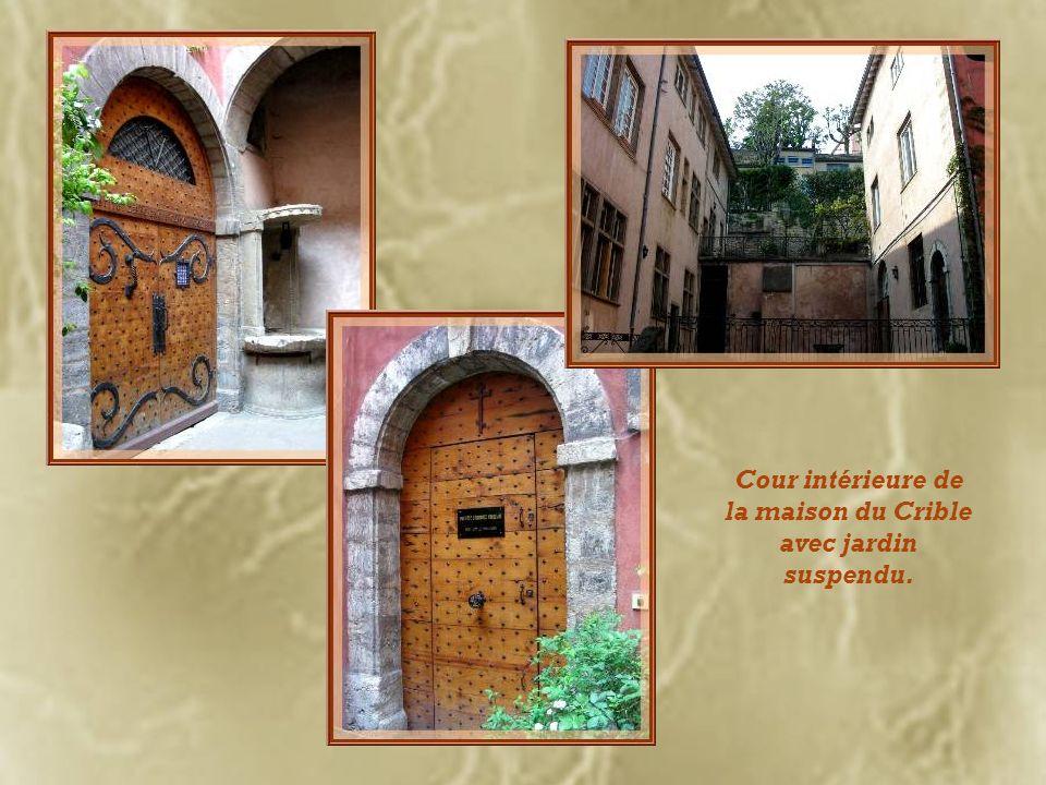 La maison du Crible, du XVIIe siècle, laisse admirer un riche portail à bossages et colonnes annelées. Son fronton sculpté reproduit lAdoration des Ma