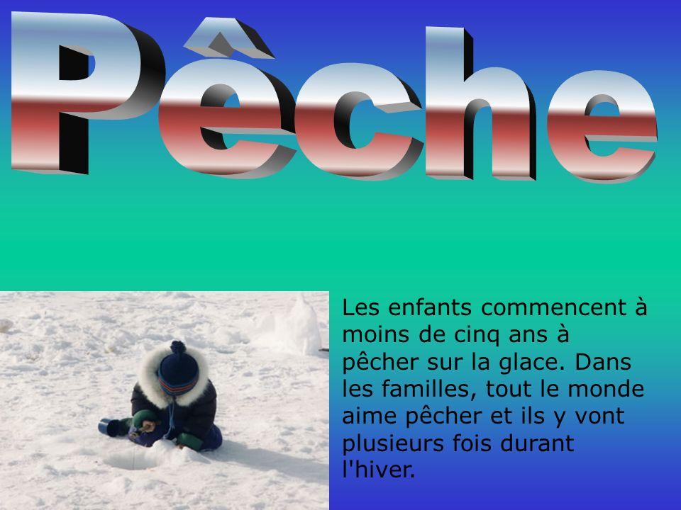 Les enfants commencent à moins de cinq ans à pêcher sur la glace.