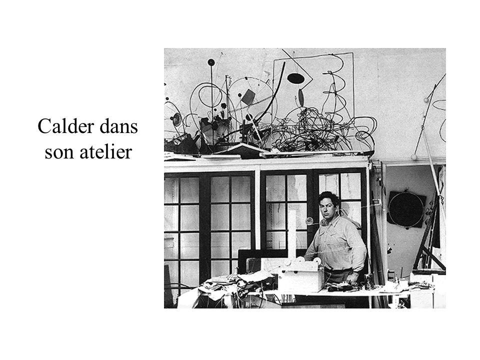 Calder dans son atelier
