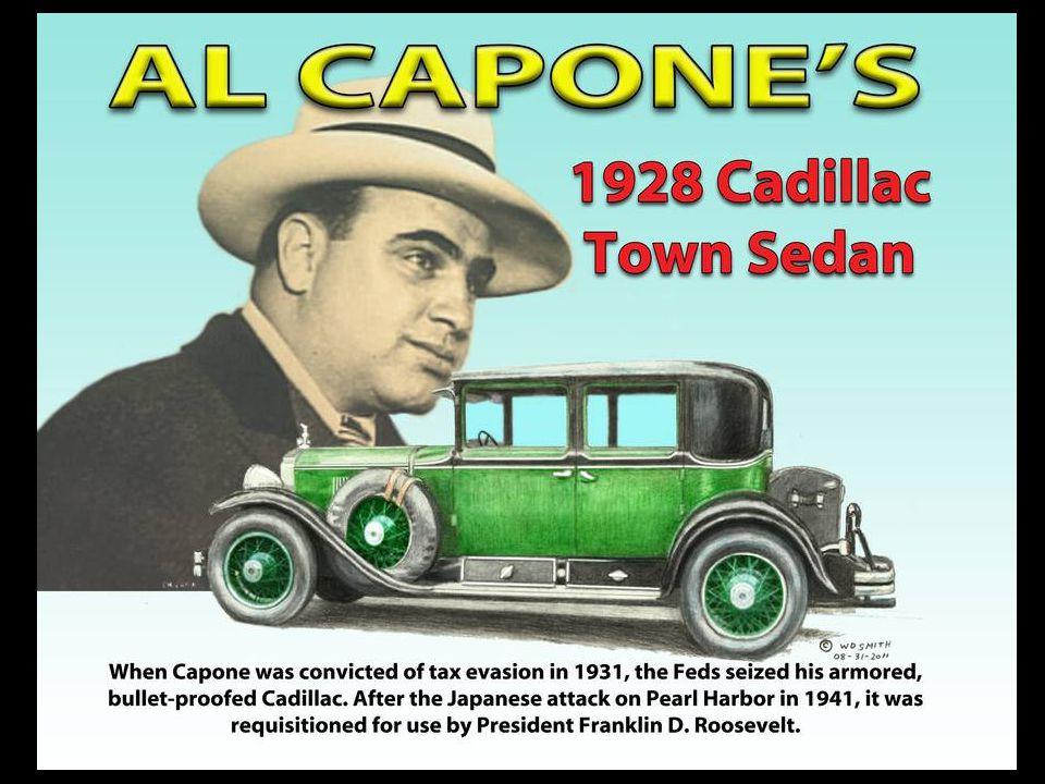 Al Capone en Cadillac Town Sedan Parrain de la mafia de Chicago entre 1925 et 1932, Al Capone, surnommé Scarface , est la figure du crime organisé américain pendant la Prohibition.
