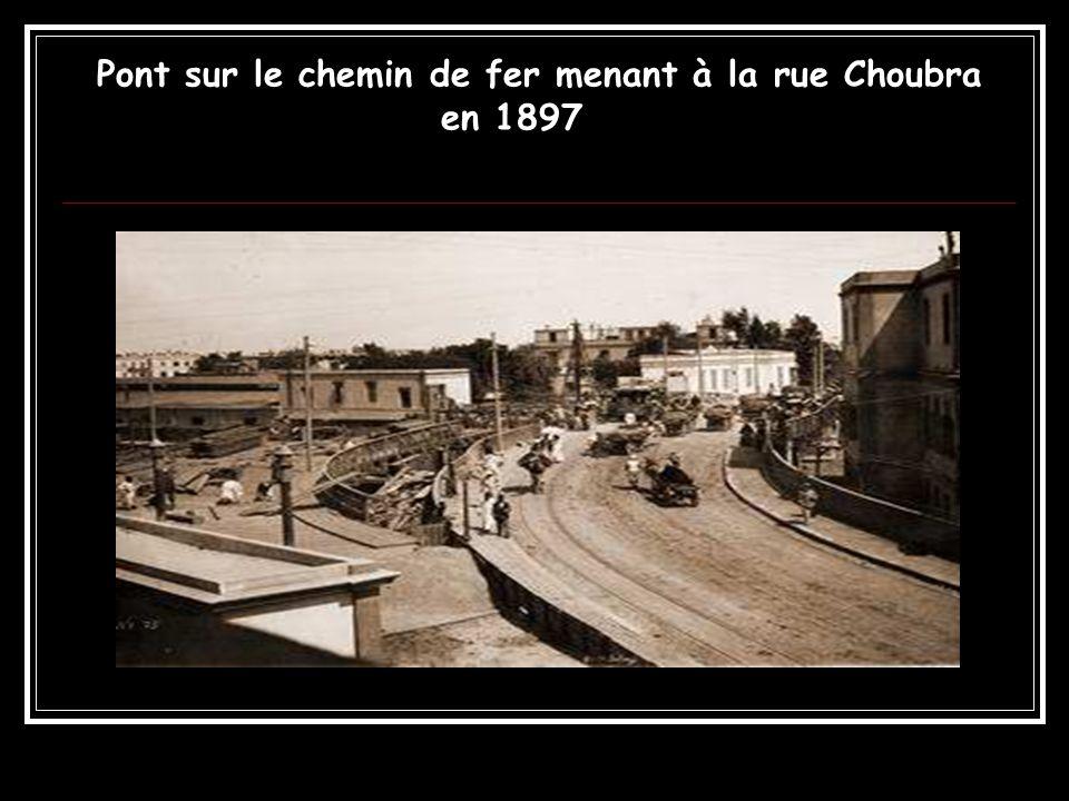 Pont sur le chemin de fer menant à la rue Choubra en 1897