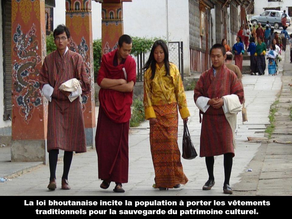 La loi bhoutanaise incite la population à porter les vêtements traditionnels pour la sauvegarde du patrimoine culturel.