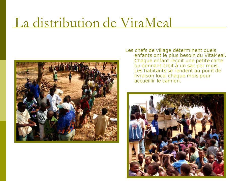 Certains enfants marchent jusquà 10 kilomètres pour recevoir leur VitaMeal, récoltant et portant souvent les sacs pour dautres enfants.