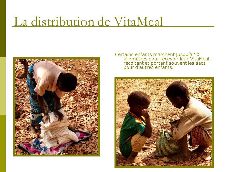 Certains enfants marchent jusquà 10 kilomètres pour recevoir leur VitaMeal, récoltant et portant souvent les sacs pour dautres enfants. La distributio