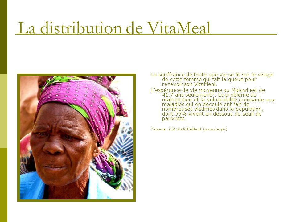 La souffrance de toute une vie se lit sur le visage de cette femme qui fait la queue pour recevoir son VitaMeal. Lespérance de vie moyenne au Malawi e