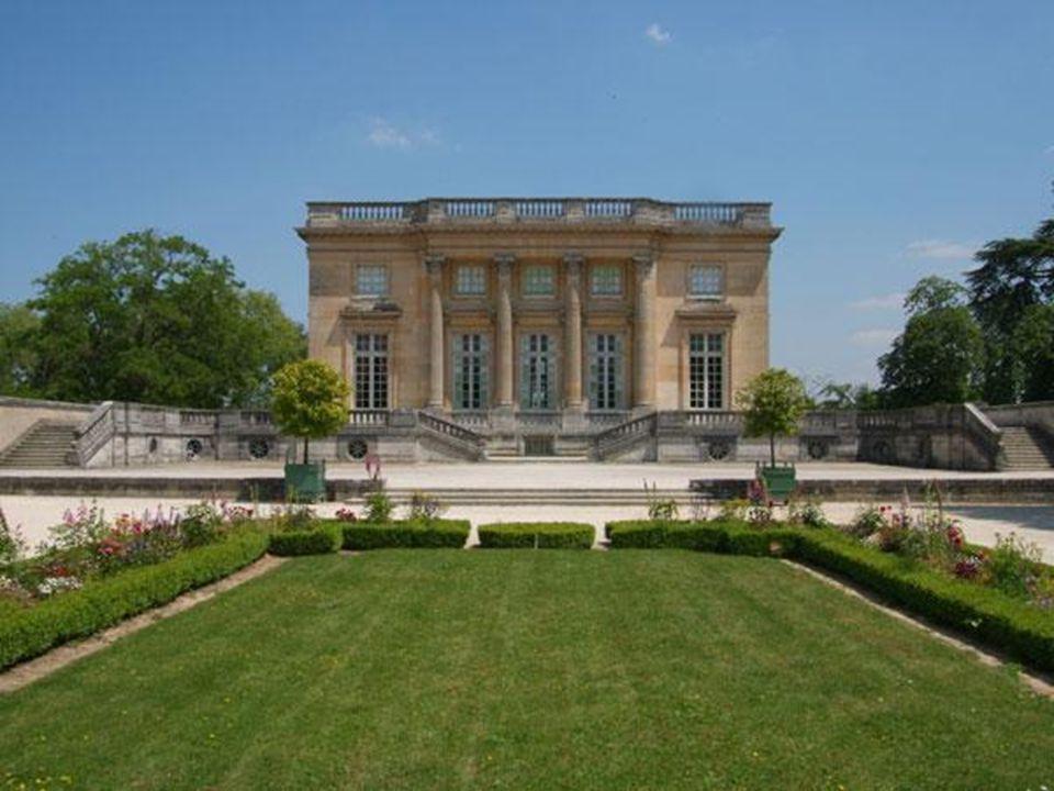 À lépoque du Roi Soleil, les jardins en comptaient près de 2000; aujourdhui, seules 1700 sont en activité, notamment les jours des Grandes Eaux Musicales.