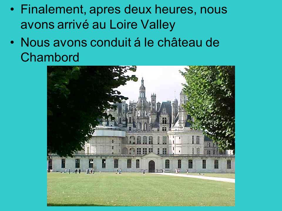 Finalement, apres deux heures, nous avons arrivé au Loire Valley Nous avons conduit á le château de Chambord