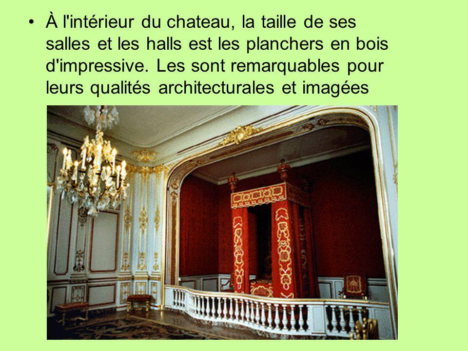 À l'intérieur du chateau, la taille de ses salles et les halls est les planchers en bois d'impressive. Les sont remarquables pour leurs qualités archi