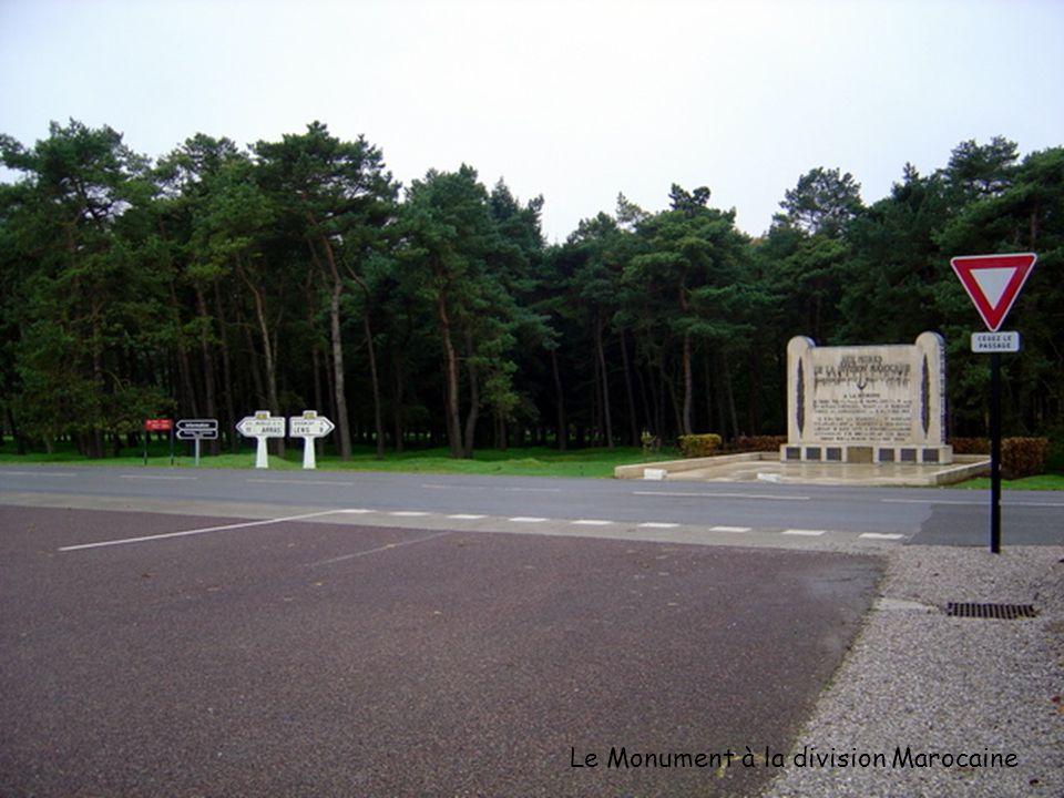 Vue du parking – sur la gauche laccès vers le Monument, sur la droite un petit monument à la mémoire de la division Marocaine.
