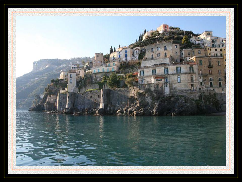 Minori, qui autrefois était résidence des notables Romains, accueille aujourdhui de nombreux touristes grâce à la beauté de cette côte et la douceur d